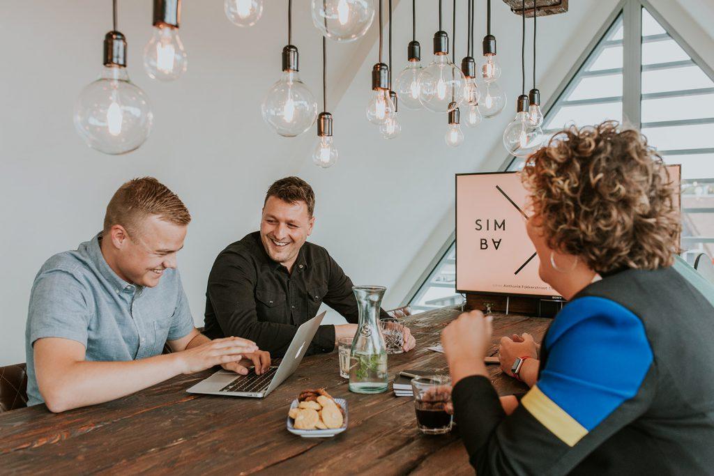 Online advertising bureau SIMBA Advertising aan tafel